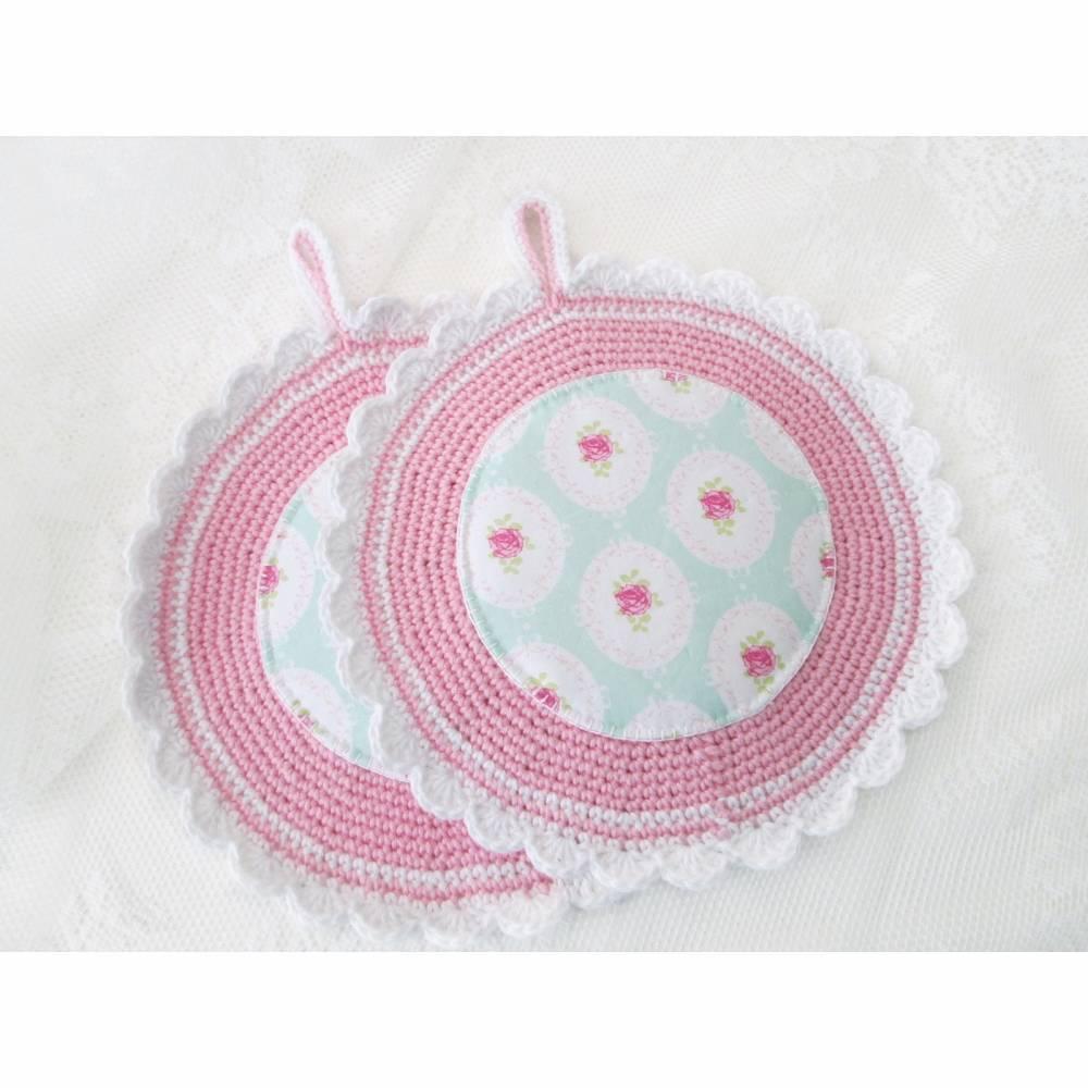 Gehäkelte und genähte Topflappen in rosa, weiß und mint mit Rosen in Medaillons - Unikat Bild 1