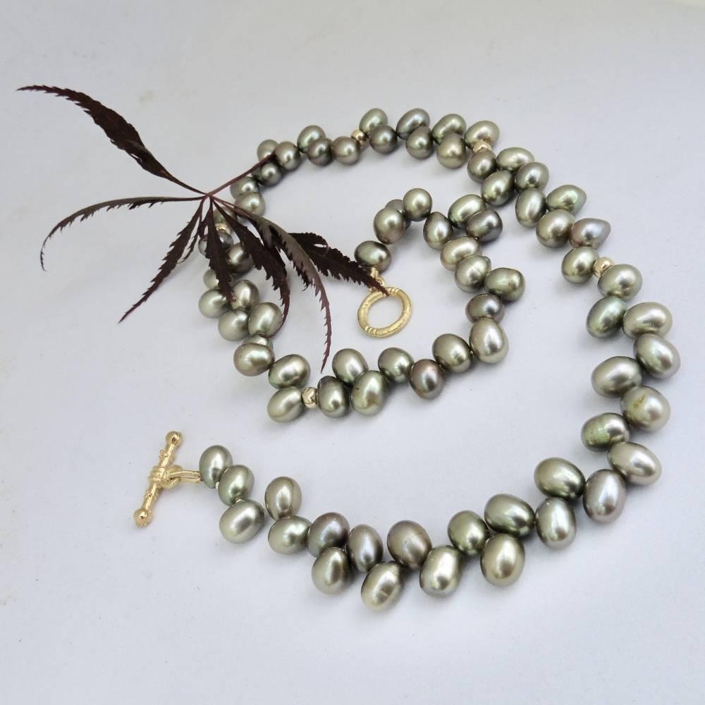 Grüne echte Perlen als Kette, echte 14K Goldringe, sehr dekoratives Schloß Bild 1