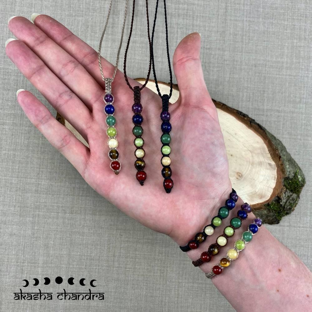 Chakra Schmuck Set, Makramee Kette und Armband mit Edelsteinperlen - Yoga und Meditationsschmuck Bild 1