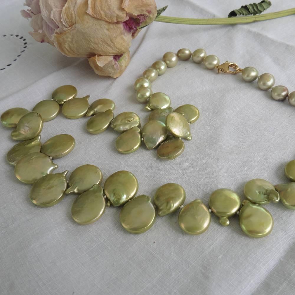 Lind-grüne Kette aus besten Münzperlen, Frühlingsfarbe mit Gold  Bild 1
