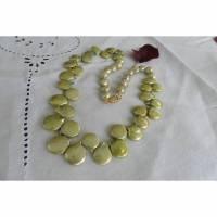 Lind-grüne Kette aus besten Münzperlen, Frühlingsfarbe mit Gold  Bild 2