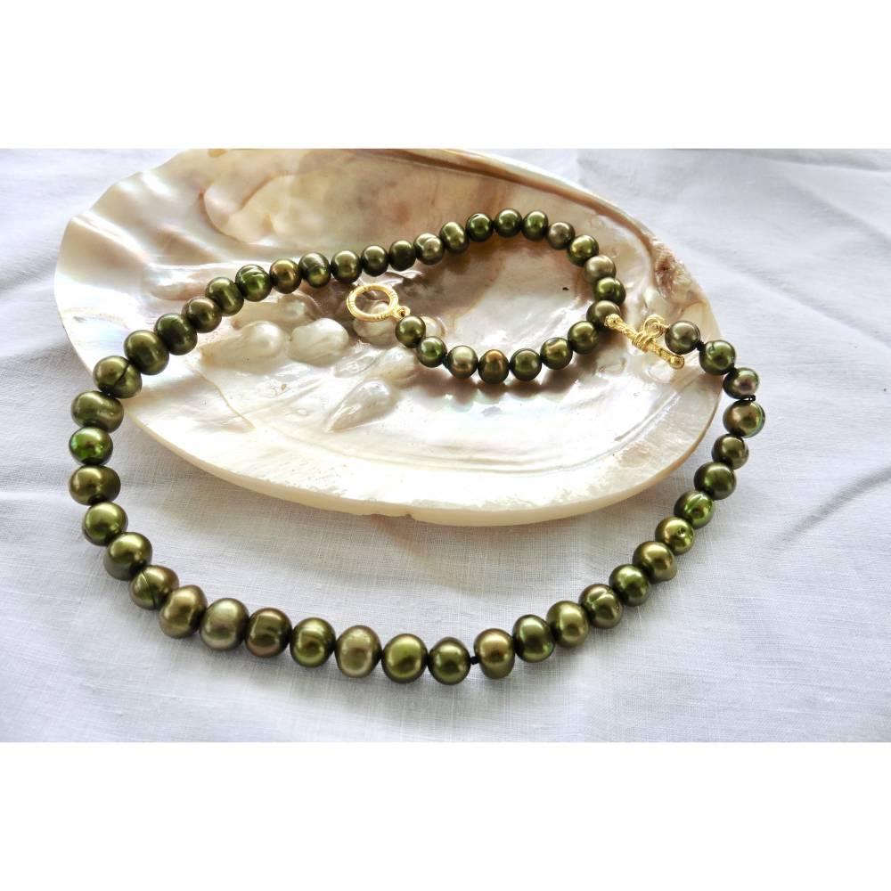 Grüne echte Perlenkette mit dekorativem Goldschloß, Geschenk Bild 1