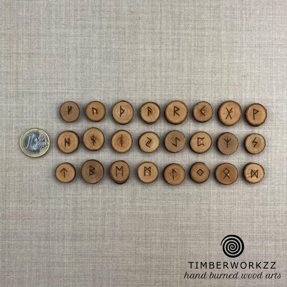 24 Runen  Runen aus Holz Energie in Handarbeit in einen Baumwollsäckchen