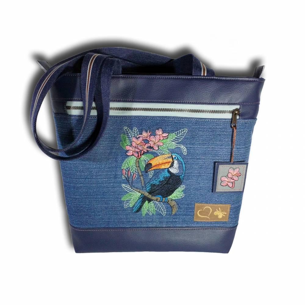 Handtasche Damen Businesstasche Uni-Tasche Jeanstasche Upcycling Shopper Umhängetasche Schultertasche Schuhtasche bestickt mit einem Tukan auf einem Blütenzweig Bild 1