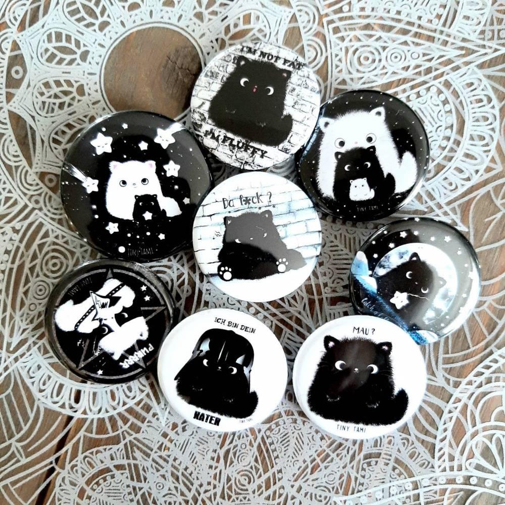 Katzen Button Set von Kater Moo, 8 Buttons, Anstecker - kawaii, schwarze Katze, Brosche, Katzenbutton Bild 1