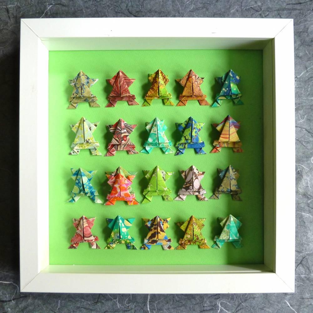 20 Frösche und 1 Macho // Origami Frösche aus handmarmoriertem Papier im Objektrahmen Bild 1