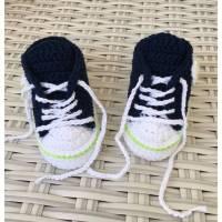 gehäkelte Babyturnschuhe in dnkelblau mit einem Streifen in hellgrün ( 014) Bild 1