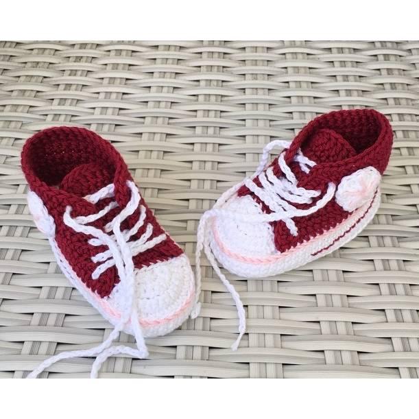 gehäkelte Babyturnschuhe in Dunkelrot mit einem Streifen in rosa (015) Bild 1