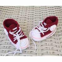 gehäkelte Babyturnschuhe in Dunkelrot mit einem Streifen in rosa (004) Bild 1