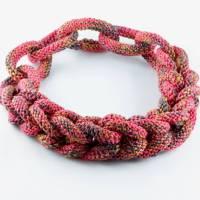 Gestrickte Halskette leicht und weich rot-melliert