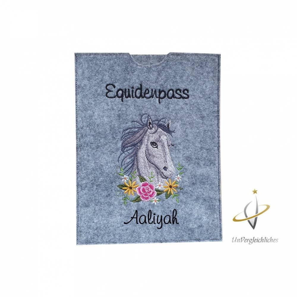 Equidenpass Pferdepass Pferd grau mit Namensbestickung Bild 1