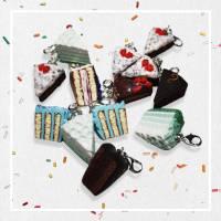 Erdbeer Schokotorten Charm aus Fimo Bild 1