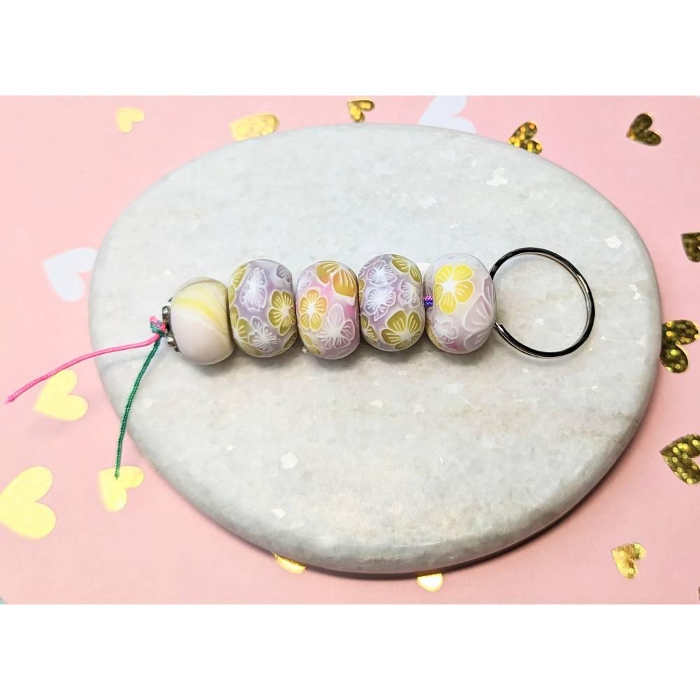Schlüsselanhänger mit Perlen aus Fimo in Blumen-Optik Bild 1