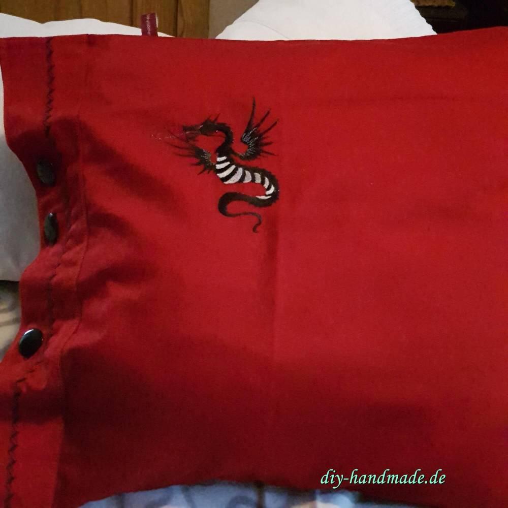 roter vintage Kissenbezug mit schwarzen Knöpfen, 50x50 cm, Kissenhülle mit Drachen bestickt, Unikat, Bild 1