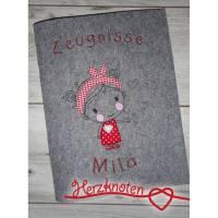 Zeugnismappe A4 gestickt auf grauem Filz, zum Schulstart, Mädchen mit Haarband, perfekt zur Einschulung, personalisierbar, mit Namen Bild 1