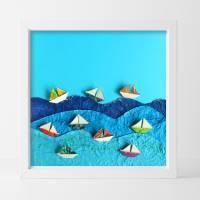 Segelboote auf hoher See // Origami Segelboote aus handmarmoriertem Papier im Objektrahmen Bild 1