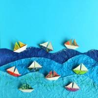 Segelboote auf hoher See // Origami Segelboote aus handmarmoriertem Papier im Objektrahmen Bild 4