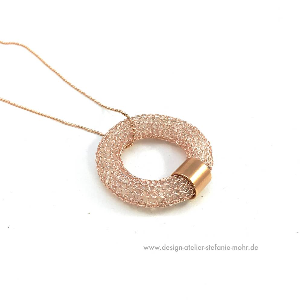 gestrickter DONUT-/Ring-ANHÄNGER, roségoldfarben, gefüllt mit Bergkristall - optional mit Kugelkette Bild 1