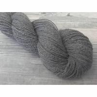 Handgesponnene Wolle, naturfarbige Wolle mit Merino in DK - MERINO GRAU – 260m/103g Bild 1