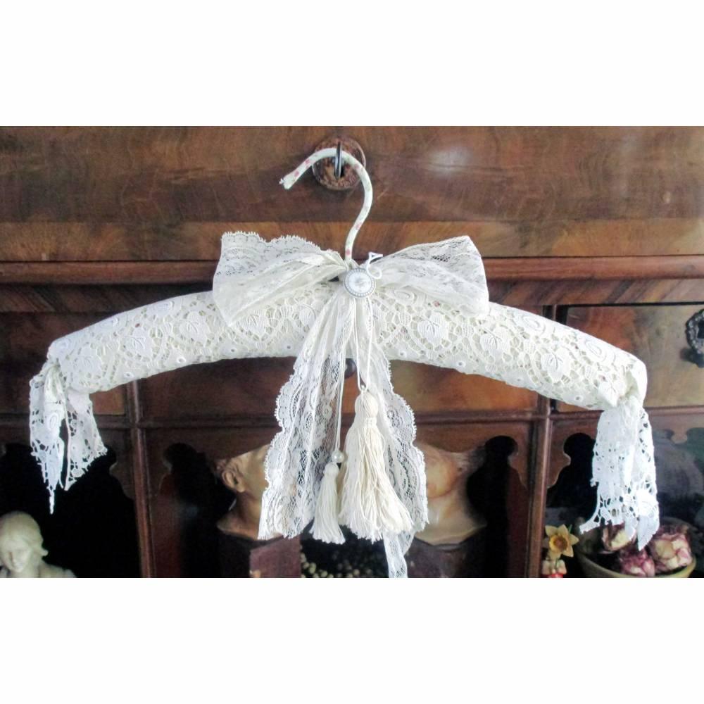 zauberhafter Boudoirkissen Kleiderbügel - reich verziert . beiger Spitzenstoff, Tüllspitze und Porzellanknopf Bild 1