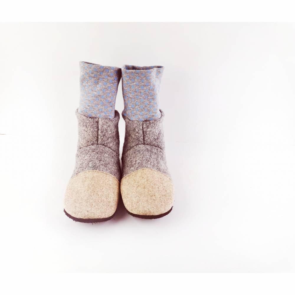 Graue Hausschuhe für Babys und Kinder aus weicher Wolle mit blaugepunktetem Bündchen Bild 1