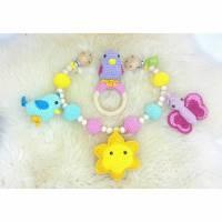 Kinderwagenkette + Rassel  gehäkelt als Set, 100 % Baumwolle, Vogel / Sonne / Schmetterling Bild 1