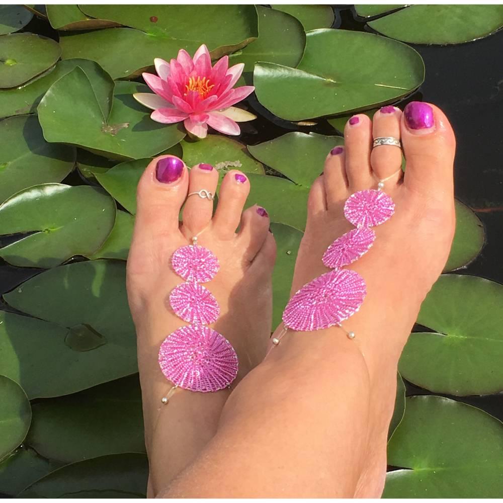 Wende-Fußschmuck / -BARFUSS SANDALE hand gestrickt aus silber- und pinkfarbenem Kupferdraht Bild 1
