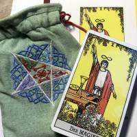 Besticktes, hellgrünes Leinen-Säckchen, Motiv '5 Elemente' inklusive Tarot-Deck und Einsteigerbuch Bild 1