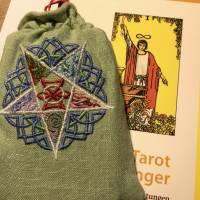 Besticktes, hellgrünes Leinen-Säckchen, Motiv '5 Elemente' inklusive Tarot-Deck und Einsteigerbuch Bild 2