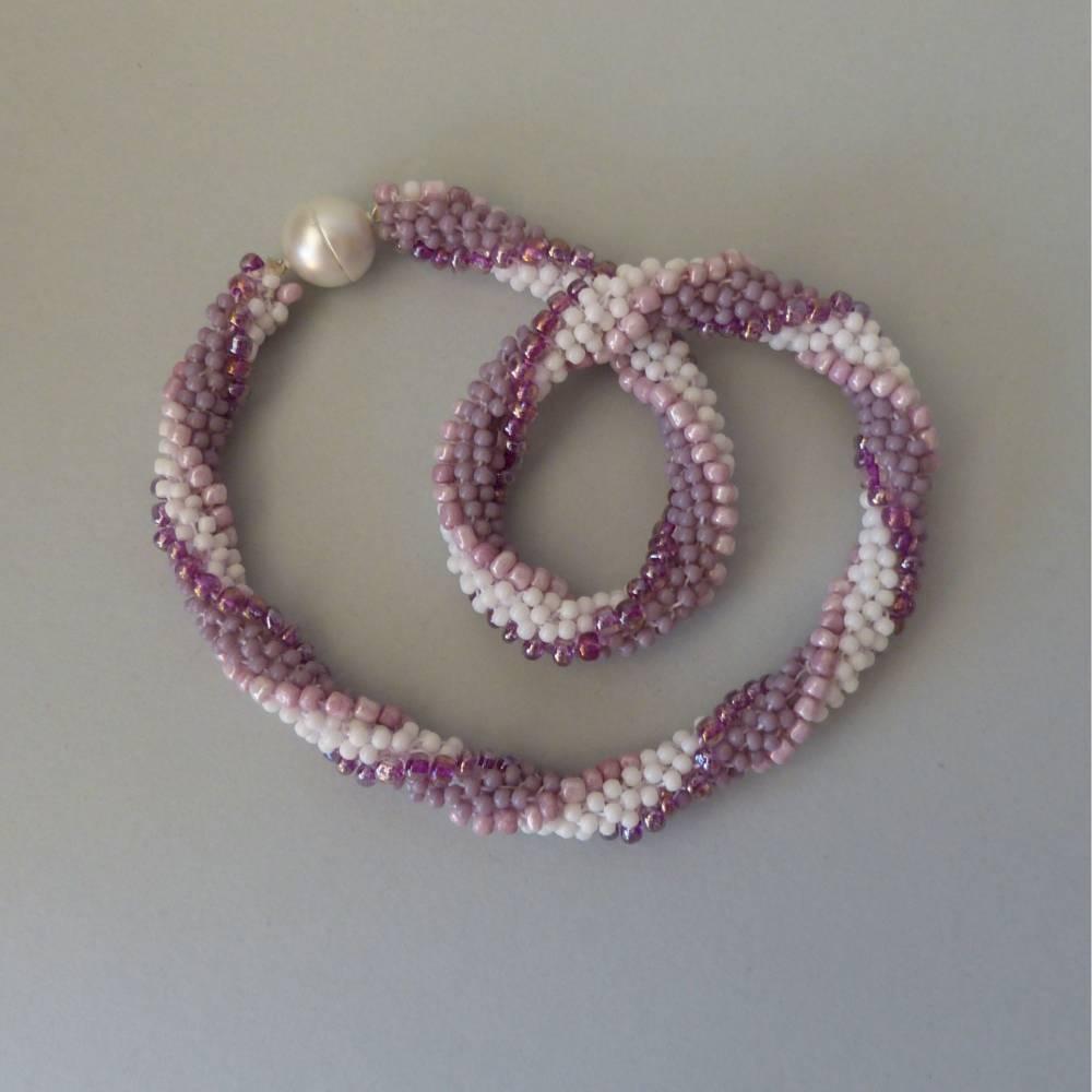 Häkelkette in weiß rose und flieder, Länge 48 cm, Halskette aus Glasperlen gehäkelt, Perlenkette, Glasperlenkette, Magnetverschluss, Kette, Schmuck Bild 1