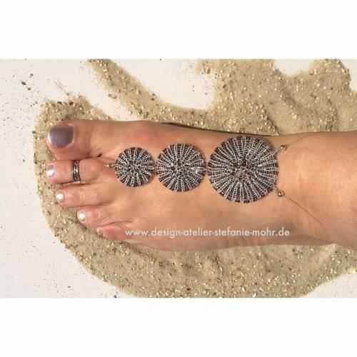 WENDE-Fußschmuck / -BARFUSS-SANDALE hand gestrickt aus silber-farbenem und dunkelblauem Kupferdraht