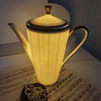 Hübsche alte Kaffeekanne als Tischlampe aus Porzellan mit LED