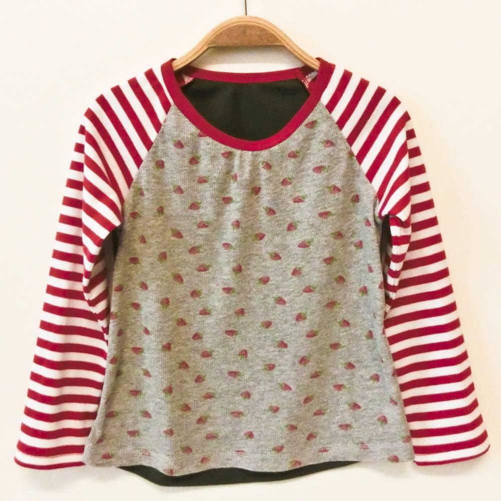 Shirt 110 / 116 langärmlig, rot weiß grau grün, Erdbeeren, Langarmshirt, Mädchentop, Unikat, Upcycling Bild 1