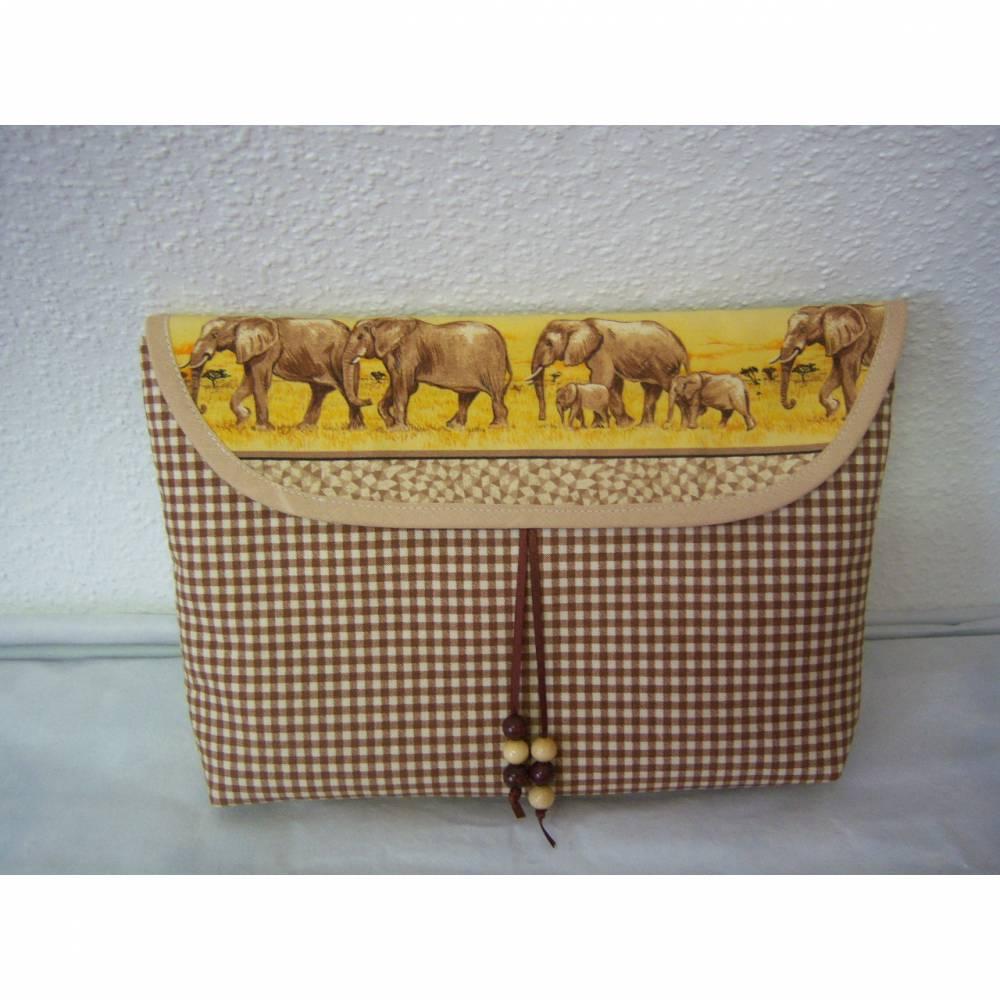 Buchtasche, Universaltasche, aus Motivstoff Elefantenfamilie mit Karo kombiniert, aus Baumwolle und mit Taschenbaumler Bild 1