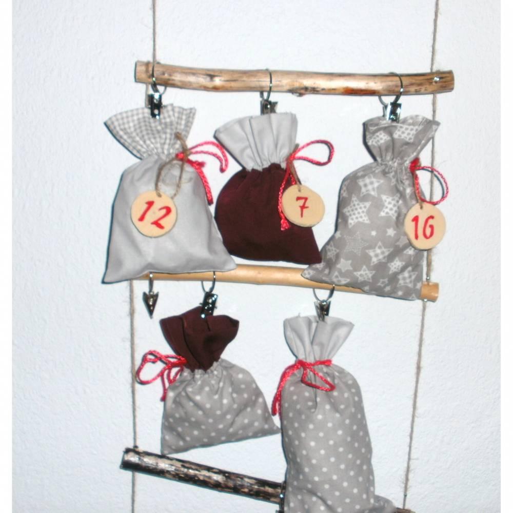 Adventskalender mit Säckchen zum Befüllen Adventsdeko Treibholz Postkartenleiter Bild 1