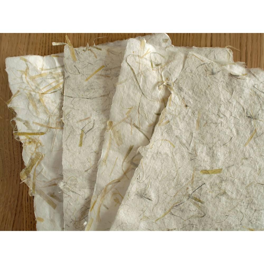 4 Blatt handgeschöpftes, cremeweißes Büttenpapier mit Pflanzenfasern, ca. 21 cm x 29,5 cm, ca. 140 g/qm, Naturpapier, Bastelpapier Bild 1