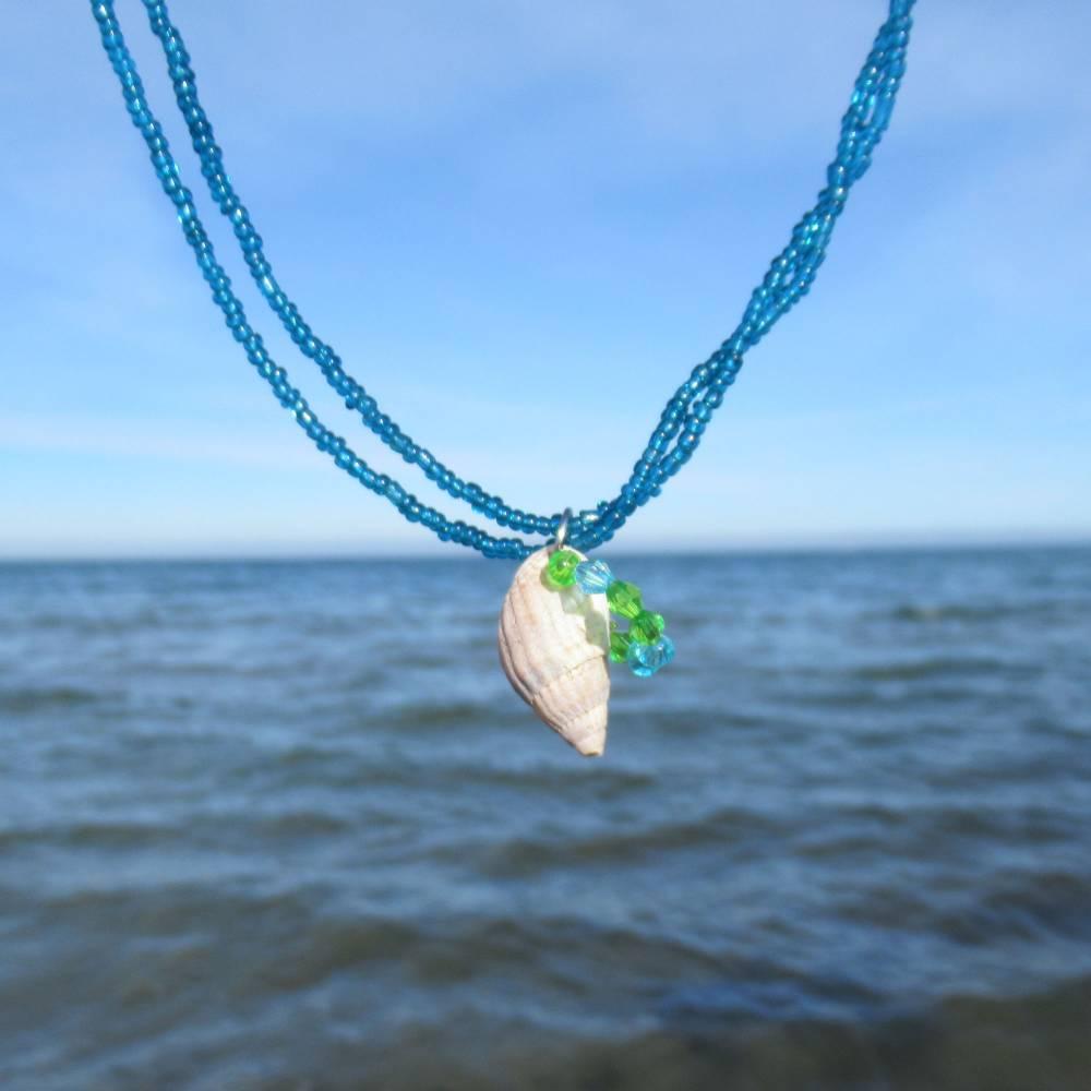 Lange Halskette Meerliebe mit Muschel in Schneckenform und blauen Miniperlen, originelles Schmuckstück für einzigartige Menschen Bild 1
