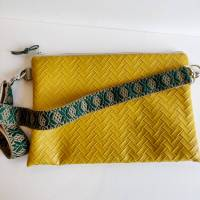 Crossbag Umhängetasche aus senfgelbem Kunstleder in Flechtoptik Bild 1