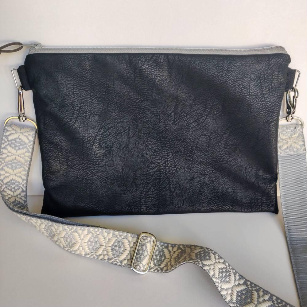 Crossbag Umhängetasche aus genarbtem schwarzem Kunstleder  Bild 1