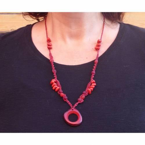 Lange rote Makrameekette mit Tagua-Nuss Perlen