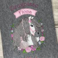 Zeugnismappe A4 gestickt auf grauem Filz , Pferdekopf mit Blumen, perfekt zur Einschulung, personalisierbar, mit Namen Bild 1