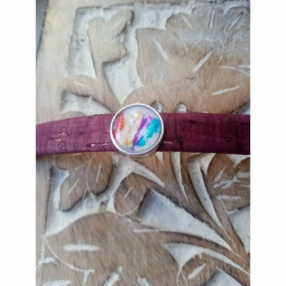 Armband aus 10mm breiten weinroten Kunstleder mit bunten Federn Bild 1