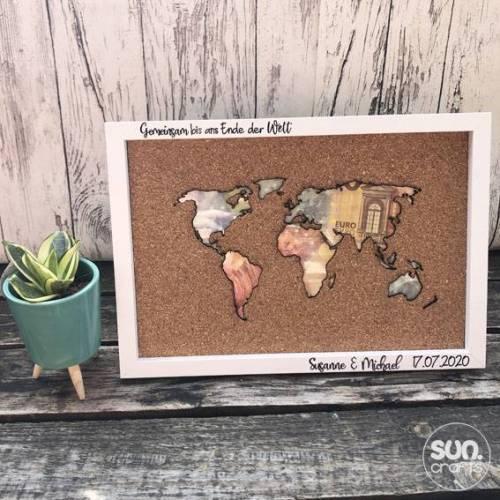 Korkweltkarte als Geldgeschenk zur Hochzeit mit Rahmen