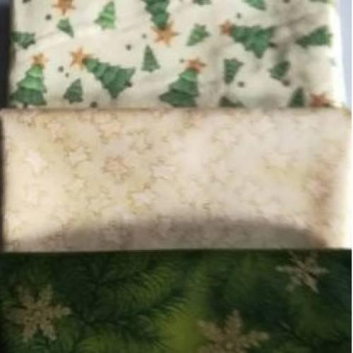 3 Fat Quarter Weihnachtsstoffe in den Farben beige mit kleinen Lebkuchenmänner, beige mit grünen Tannenbäumen, grün mit goldenen Sternen