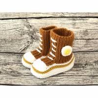 Gestrickte sportliche Baby-Schuhe MiNiS  im Sneaker - Look aus Mikrofaser in curry Bild 1
