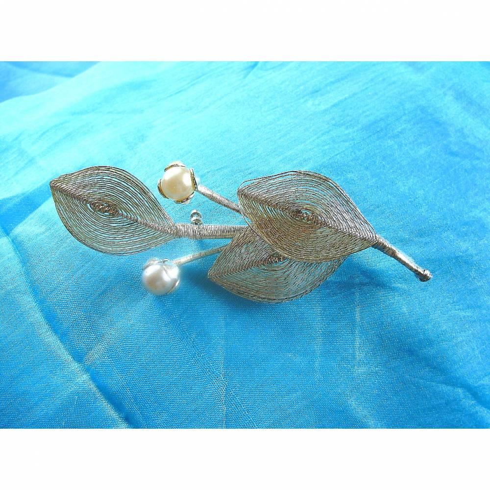 Vintage Blätterbrosche mit 2 Perlen aus den 60er Jahren Bild 1