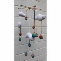 Tolles Wolken Mobiles, lustige Regentropfen die Babyaugen erfreuen. Bild 1