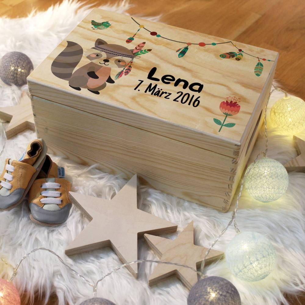 Erinnerungskiste Baby, aus Holz, Erinnerungsbox, personalisierbar mit Geburtsdaten und Namen, individuelle Holzkiste mit Deckel, Waschbär Bild 1
