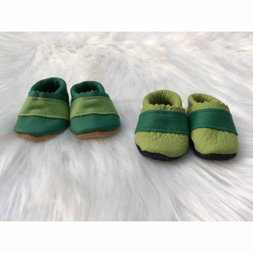 Puppenschuhe 43cm; Puppenkleidung handmade; Puppenausstattung; Krabbelpuschen; Lederpuschen grün