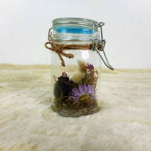 Trockenblumendeko, Trockenblumen im Glas, Tischdeko, Tischgesteck aus Trockenblumen, Sommerdeko, natur lila